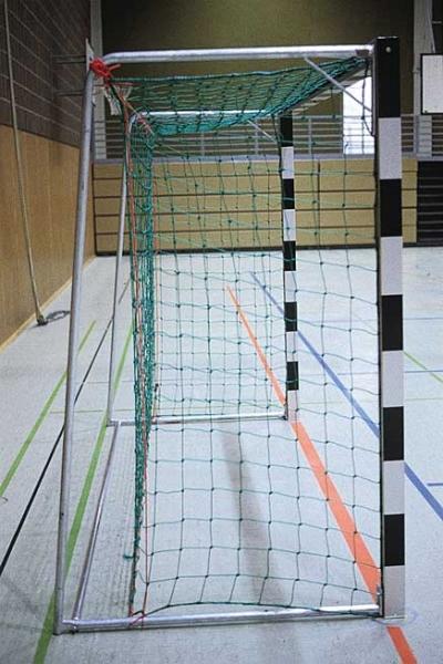 Hallenhandballtor 3x2 m, in Bodenhülsen stehend. Mit feststehenden Netzbügeln